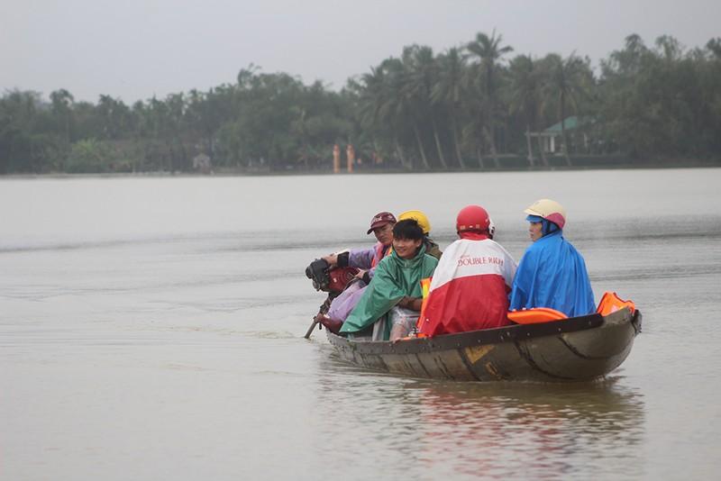 Đường biến thành sông, người dân đứng... đợi thuyền - ảnh 4