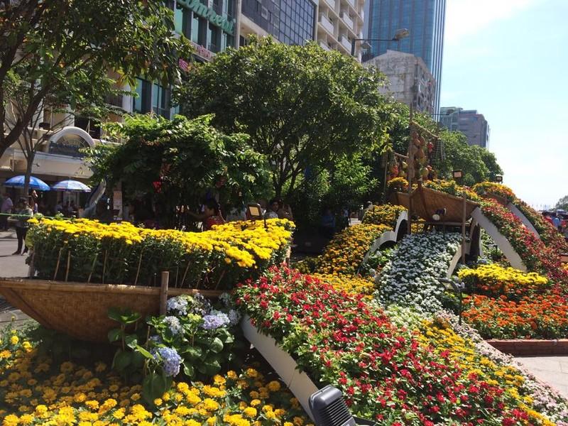 Ngắm đường hoa Nguyễn Huệ khoe sắc sáng 30 tết - ảnh 13
