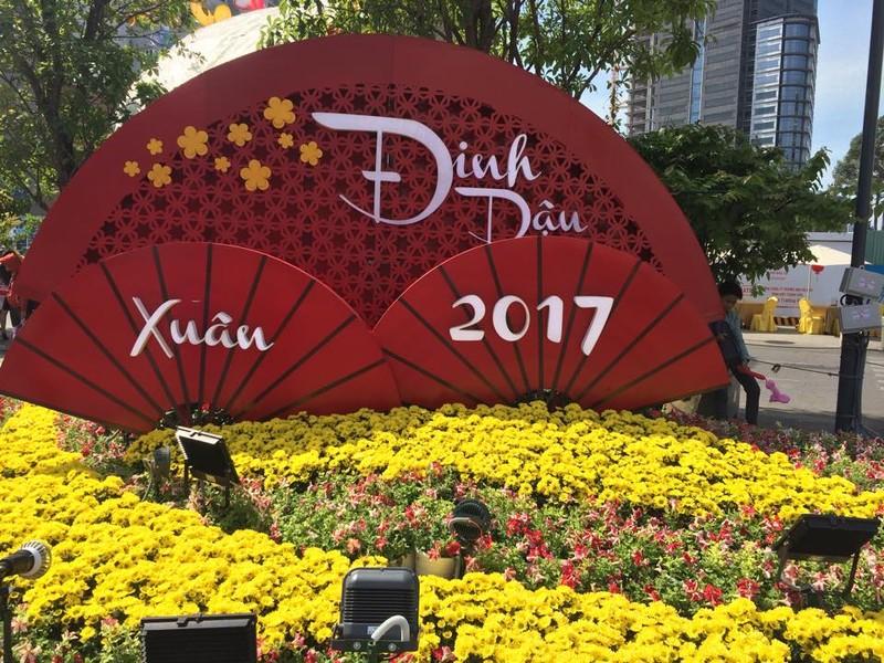 Ngắm đường hoa Nguyễn Huệ khoe sắc sáng 30 tết - ảnh 1