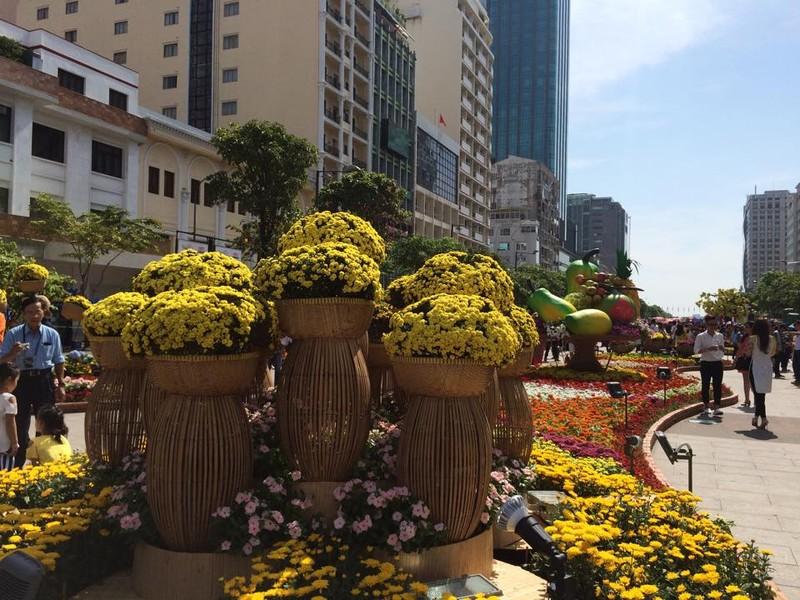 Ngắm đường hoa Nguyễn Huệ khoe sắc sáng 30 tết - ảnh 9