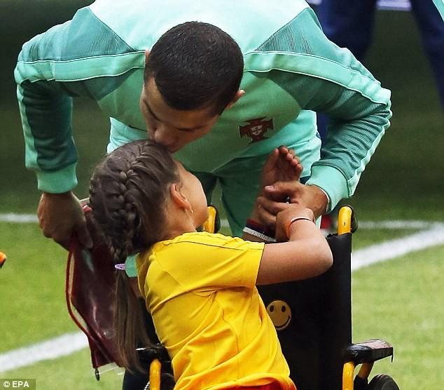 Nụ hôn của Ronaldo làm tan chảy triệu trái tim - ảnh 3