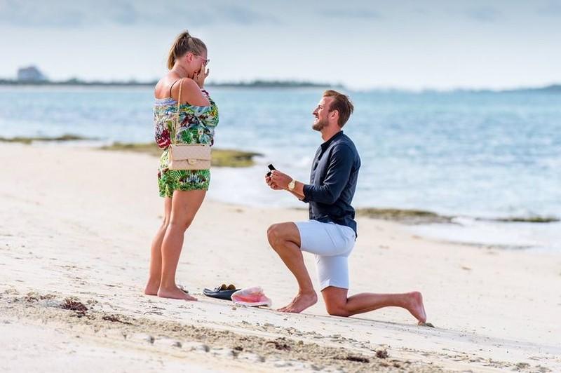 Harry Kane quỳ gối cầu hôn bạn gái lãng mạn trên biển - ảnh 1