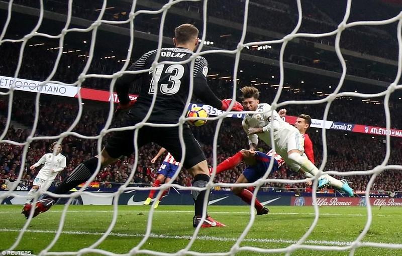 Derby thành Madrid nhạt nhòa, bạo lực và penalty... hụt - ảnh 2