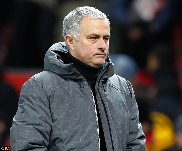 HLV Louis van Gaal tấn công Mourinho - ảnh 2