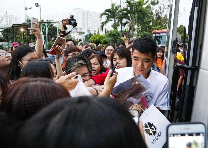 Đức Chinh, Tiến Dụng bị hàng trăm fan 'vây' ở TP.HCM - ảnh 1