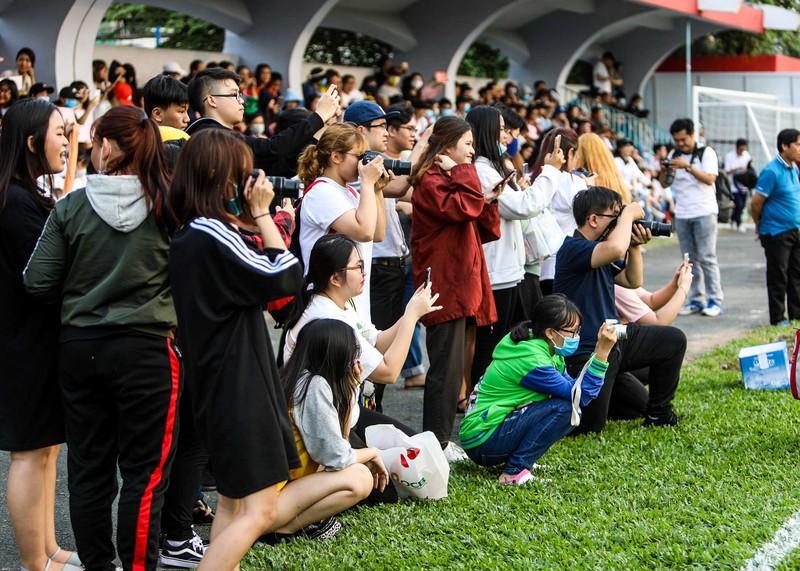 Đức Chinh, Tiến Dụng bị hàng trăm fan 'vây' ở TP.HCM - ảnh 3