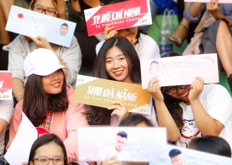Đức Chinh, Tiến Dụng bị hàng trăm fan 'vây' ở TP.HCM - ảnh 5