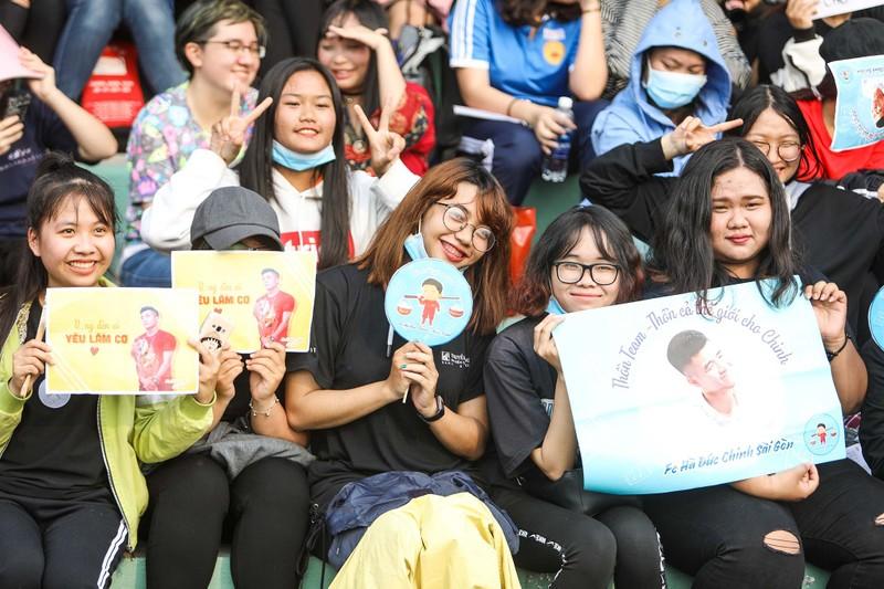 Đức Chinh, Tiến Dụng bị hàng trăm fan 'vây' ở TP.HCM - ảnh 6