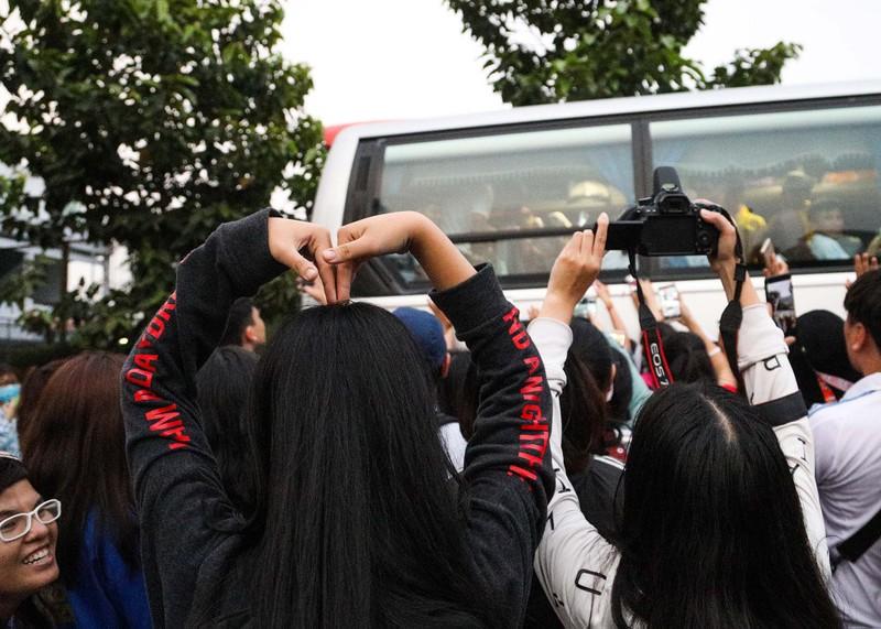 Đức Chinh, Tiến Dụng bị hàng trăm fan 'vây' ở TP.HCM - ảnh 7