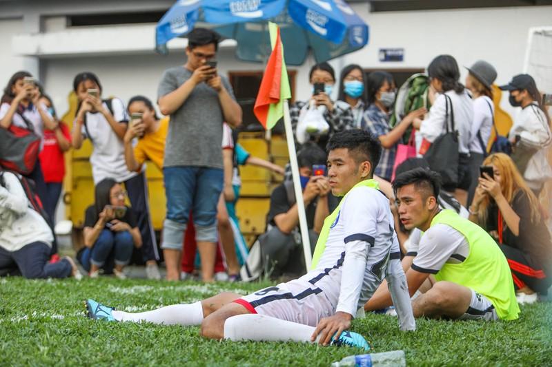 Đức Chinh, Tiến Dụng bị hàng trăm fan 'vây' ở TP.HCM - ảnh 8