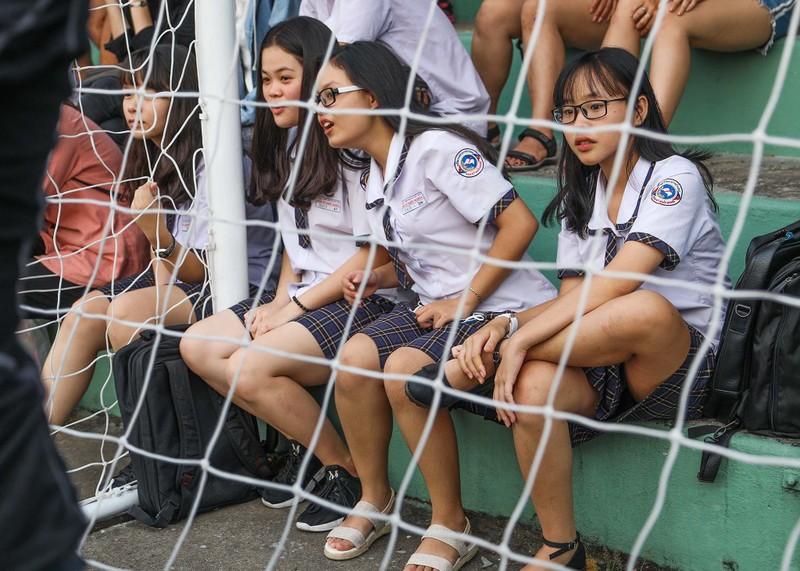 Đức Chinh, Tiến Dụng bị hàng trăm fan 'vây' ở TP.HCM - ảnh 4