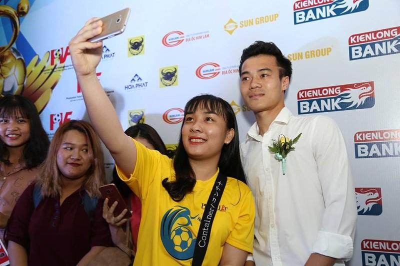 Văn Toàn giành cú đúp giải thưởng Fair Play 2017 - ảnh 36