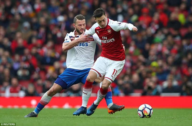Tranh cãi Lacazette dùng tay ôm bóng, Arsenal hưởng 11m - ảnh 1