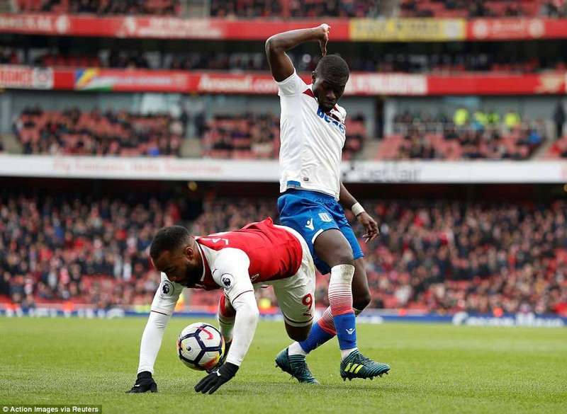 Tranh cãi Lacazette dùng tay ôm bóng, Arsenal hưởng 11m - ảnh 2