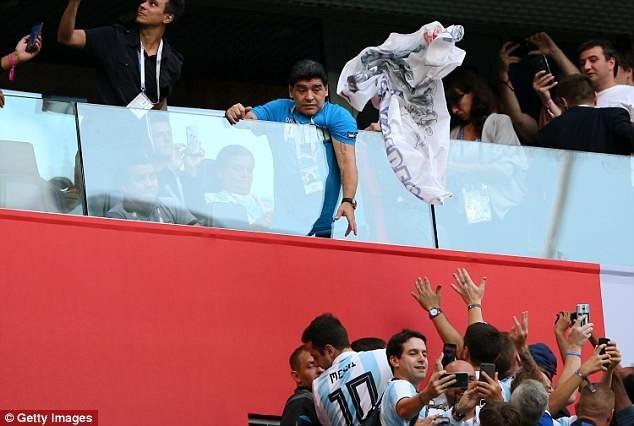 Maradona: Bác sĩ khuyên tôi ra về nhưng làm sao tôi có thể đi - ảnh 1