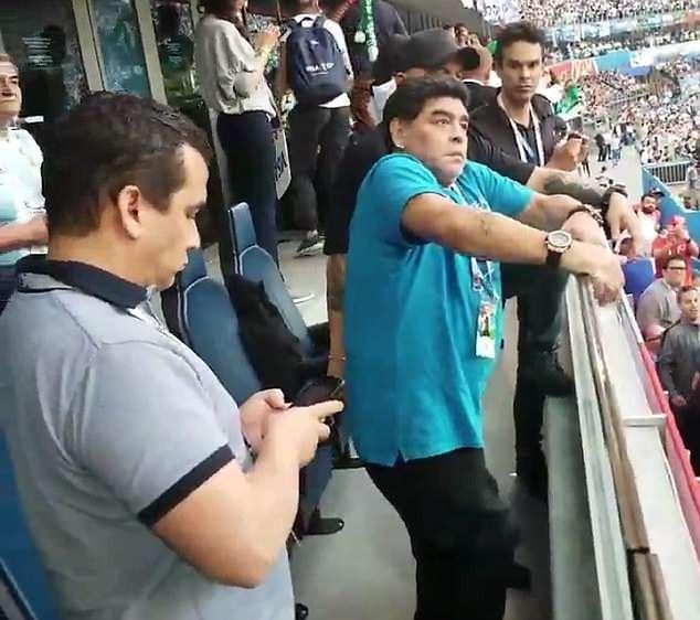 Maradona: Bác sĩ khuyên tôi ra về nhưng làm sao tôi có thể đi - ảnh 9