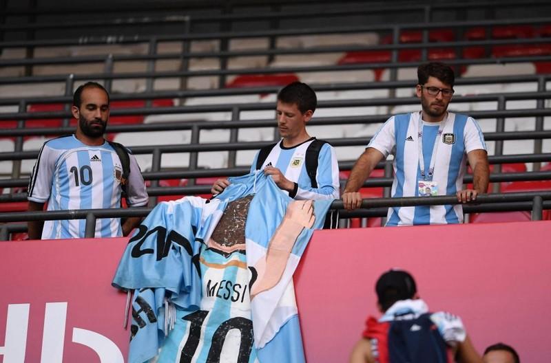 Fan khóc hết nước mắt vì Argentina và Messi chia tay World Cup - ảnh 12