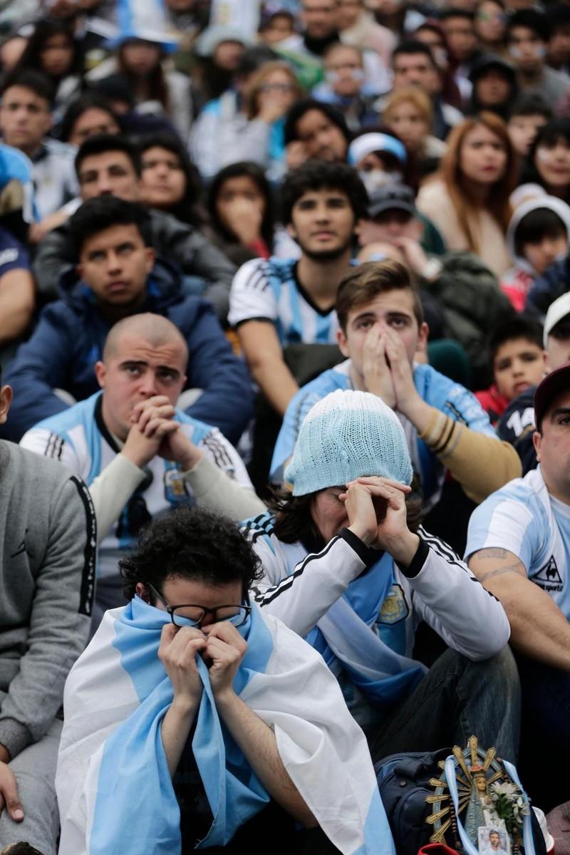Fan khóc hết nước mắt vì Argentina và Messi chia tay World Cup - ảnh 15