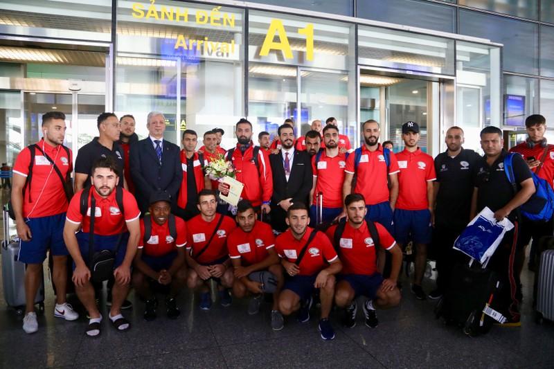 Chùm ảnh Palestine đặt chân đến Nội Bài 'đấu' U-23 Việt Nam - ảnh 3