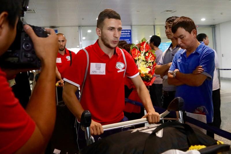 Chùm ảnh Palestine đặt chân đến Nội Bài 'đấu' U-23 Việt Nam - ảnh 4