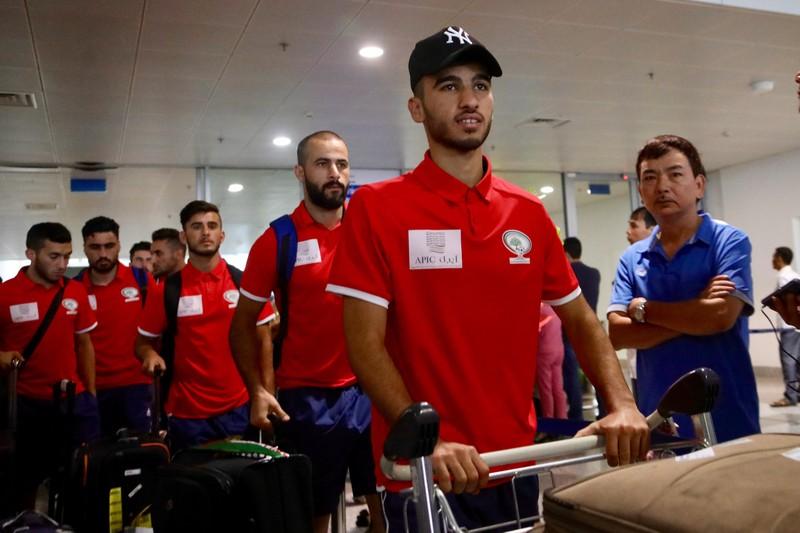Chùm ảnh Palestine đặt chân đến Nội Bài 'đấu' U-23 Việt Nam - ảnh 5