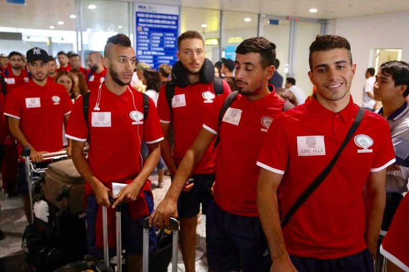 Chùm ảnh Palestine đặt chân đến Nội Bài 'đấu' U-23 Việt Nam - ảnh 6