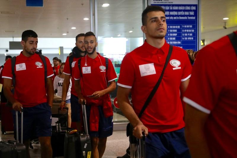 Chùm ảnh Palestine đặt chân đến Nội Bài 'đấu' U-23 Việt Nam - ảnh 7