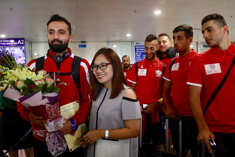 Chùm ảnh Palestine đặt chân đến Nội Bài 'đấu' U-23 Việt Nam - ảnh 8