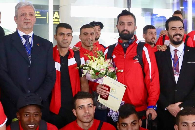 Chùm ảnh Palestine đặt chân đến Nội Bài 'đấu' U-23 Việt Nam - ảnh 1