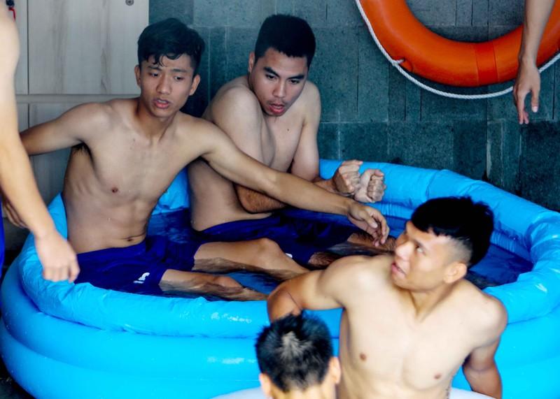 Olympic Việt Nam tập luyện ở hai nơi, ngâm nước đá hồi phục - ảnh 8