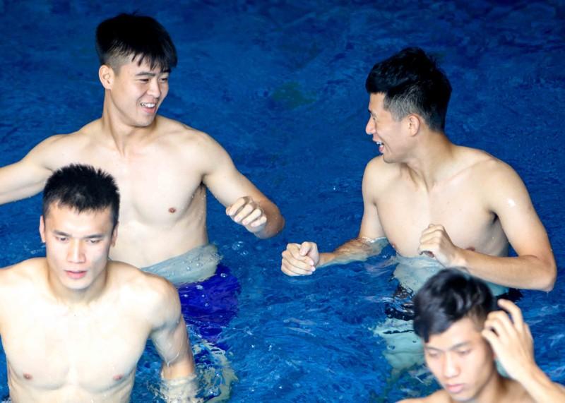 Olympic Việt Nam tập luyện ở hai nơi, ngâm nước đá hồi phục - ảnh 10