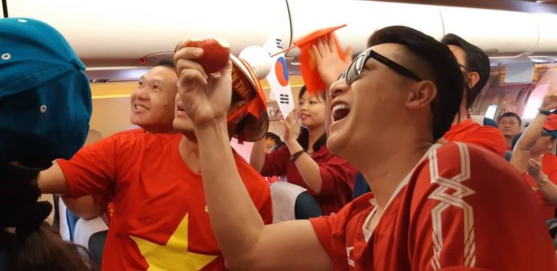 Hàng trăm CĐV bay đến Indonesia cổ vũ cho Olympic Việt Nam - ảnh 2