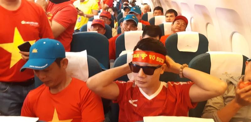 Hàng trăm CĐV bay đến Indonesia cổ vũ cho Olympic Việt Nam - ảnh 3