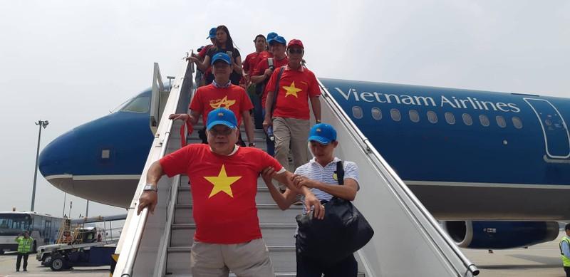 Hàng trăm CĐV bay đến Indonesia cổ vũ cho Olympic Việt Nam - ảnh 9