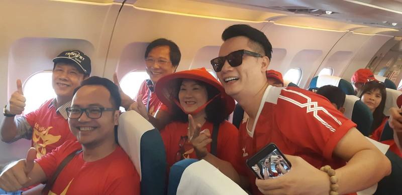 Ca sĩ Hoàng Bách, đạo diễn Trọng Trinh sang Indonesia cổ vũ VN - ảnh 1