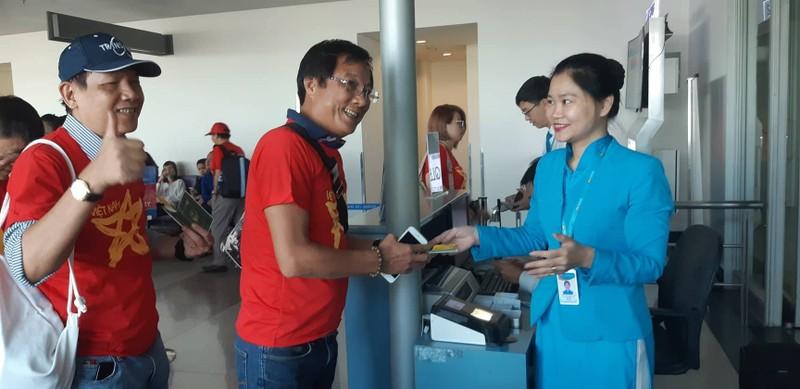 Ca sĩ Hoàng Bách, đạo diễn Trọng Trinh sang Indonesia cổ vũ VN - ảnh 2