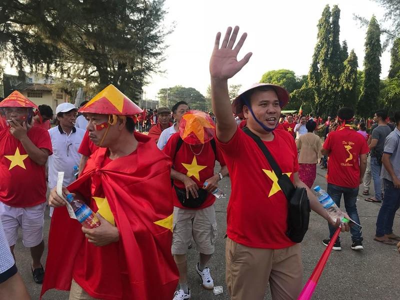 CĐV Việt Nam - Myanmar tình thương mến thương - ảnh 2