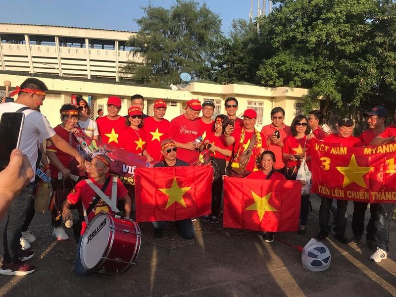 CĐV Việt Nam - Myanmar tình thương mến thương - ảnh 4