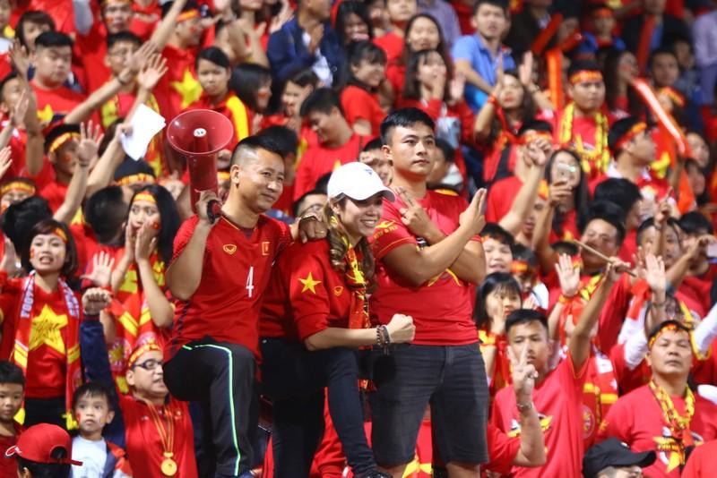 Thắng dễ Campuchia, Việt Nam vào bán kết AFF Cup với ngôi đầu - ảnh 41
