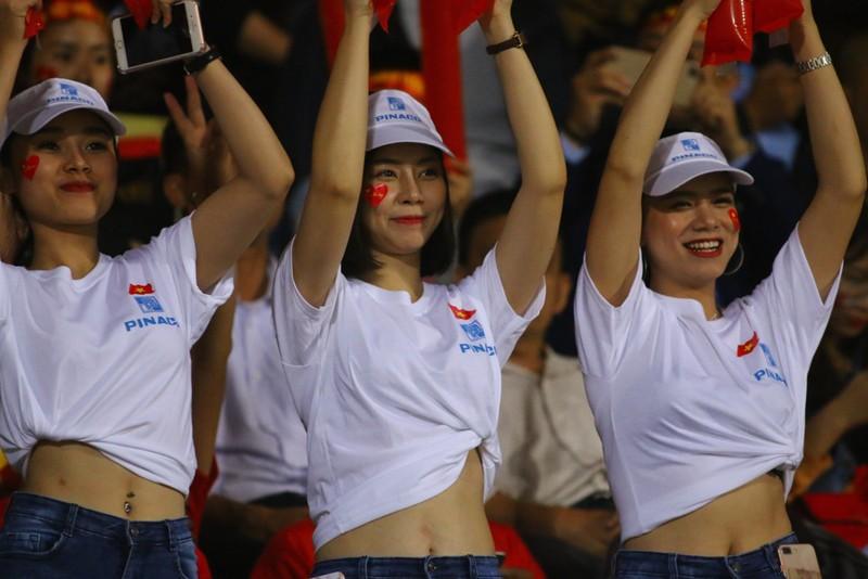 Thắng dễ Campuchia, Việt Nam vào bán kết AFF Cup với ngôi đầu - ảnh 38