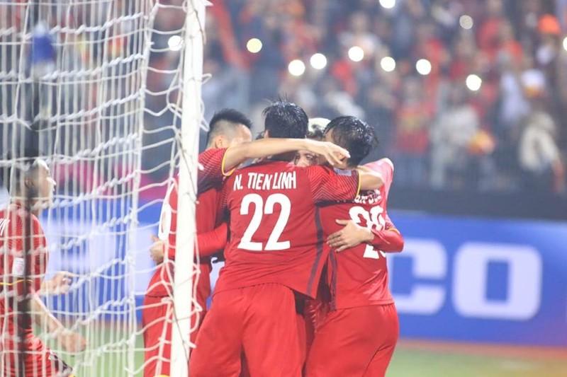 Thắng dễ Campuchia, Việt Nam vào bán kết AFF Cup với ngôi đầu - ảnh 8