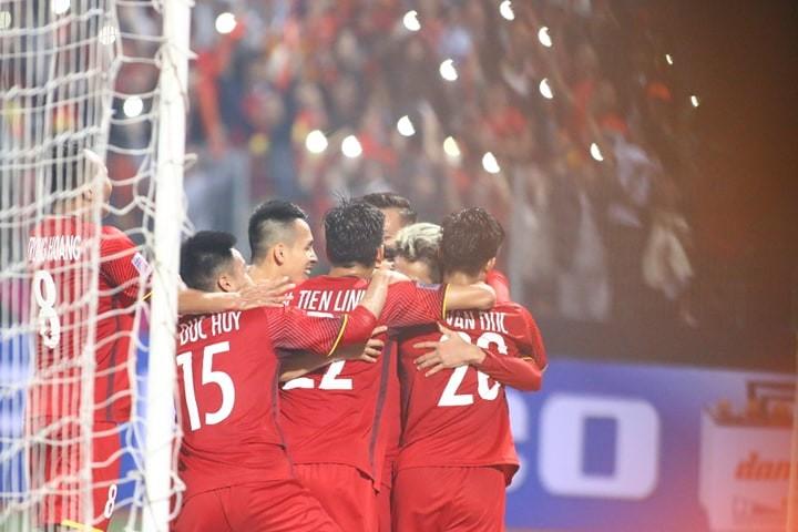 Thắng dễ Campuchia, Việt Nam vào bán kết AFF Cup với ngôi đầu - ảnh 10
