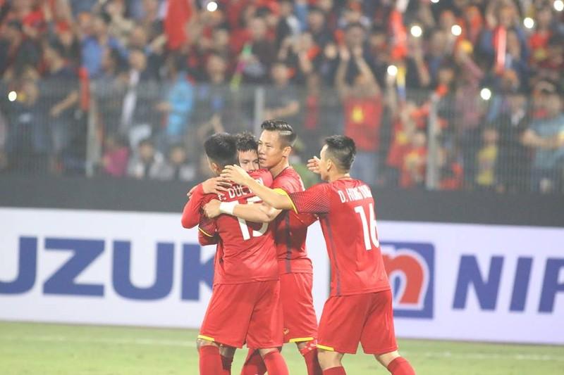 Thắng dễ Campuchia, Việt Nam vào bán kết AFF Cup với ngôi đầu - ảnh 11
