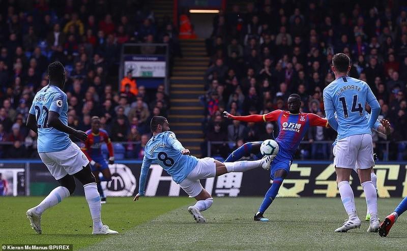 Sterling rực sáng, Man City vượt Liverpool đòi lại ngôi đầu - ảnh 3