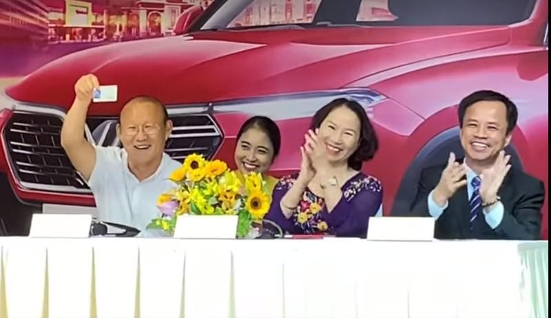 Thầy Park 'khoe' bằng lái ô tô VN trong lễ tặng xe của VinFast - ảnh 2