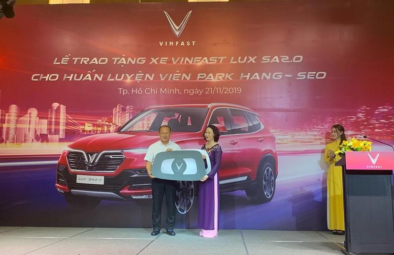 Thầy Park 'khoe' bằng lái ô tô VN trong lễ tặng xe của VinFast - ảnh 1