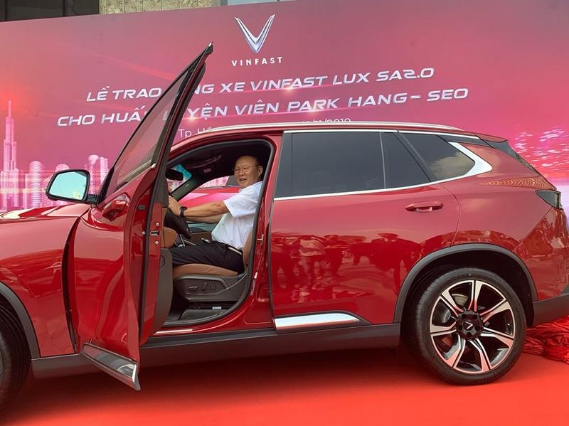 Thầy Park 'khoe' bằng lái ô tô VN trong lễ tặng xe của VinFast - ảnh 4