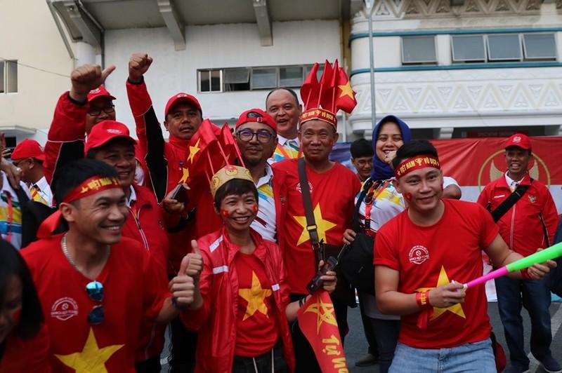 CĐV cuồng nhiệt cổ vũ cho U-22 VN bên ngoài sân Rizal Memorial - ảnh 3