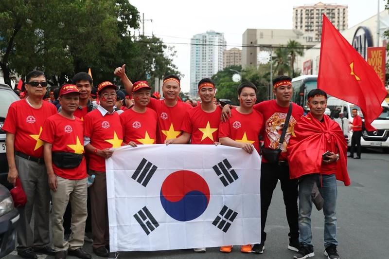 CĐV cuồng nhiệt cổ vũ cho U-22 VN bên ngoài sân Rizal Memorial - ảnh 6