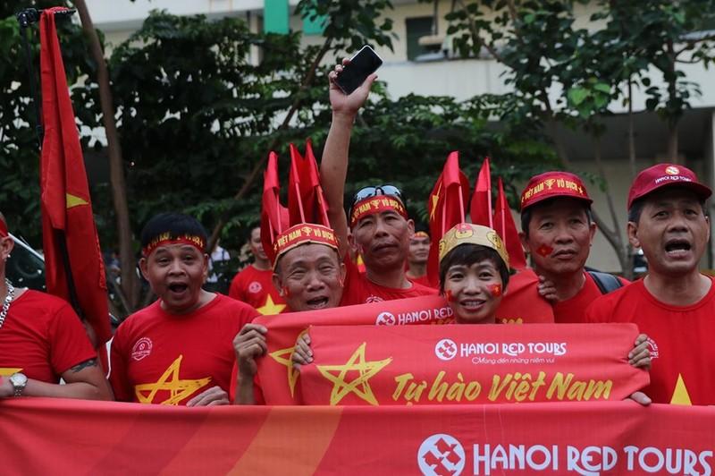 CĐV cuồng nhiệt cổ vũ cho U-22 VN bên ngoài sân Rizal Memorial - ảnh 5